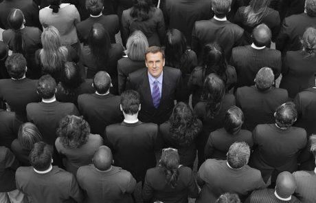 בין מנהלים למנהיגים